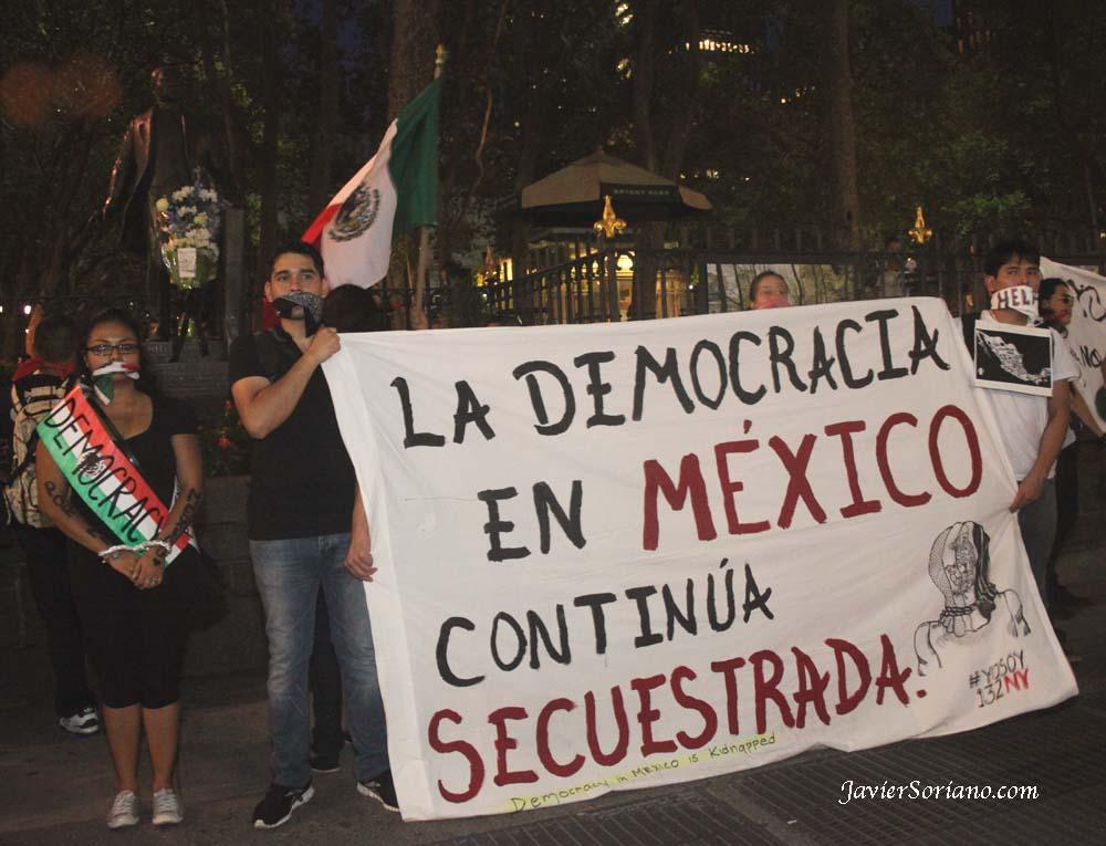 """Agosto 2012 - """"La democracia en México continúa secuestrada."""" YoSoy132 Nueva York en Bryant Park."""