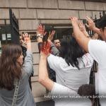 Manifestantes en Nueva York en apoyo los 43 estudiantes de Ayotzinapa, Guerrero, México.