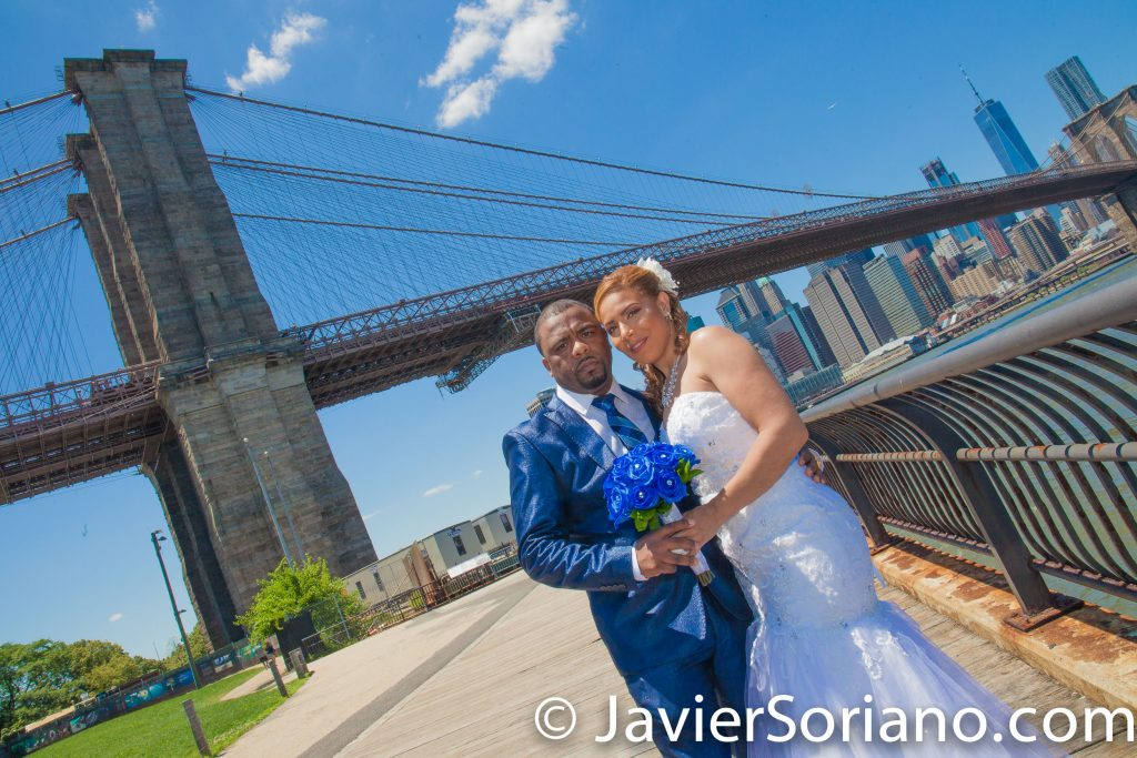 Brooklyn Bridge Park, NYC – The Brooklyn Bridge and skyscrapers in the Lower Manhattan. Wedding photographer and videographer in New York City (Brooklyn, Bronx, Staten Island, Queens, Manhattan). El Puente de Brooklyn y rascacielos en el bajo Manhattan. Fotógrafo y videógrafo de bodas en la Ciudad de Nueva York. Photo by Javier Soriano/www.JavierSoriano.com
