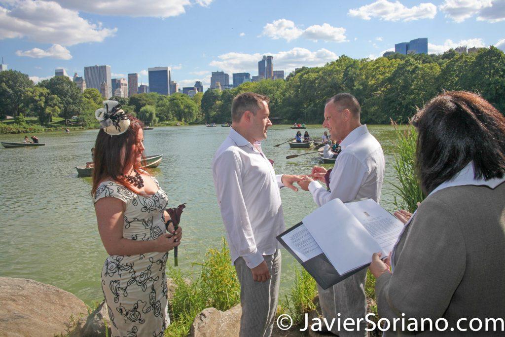 A same sex wedding in Central Park, NYC. A gay couple on their wedding day. Una boda del mismo sexo en el Parque Central de Nueva York. Una pareja de homosexuales en el día de su boda. Photo by Javier Soriano/www.JavierSoriano.com