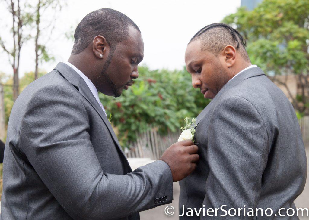 Godfather helping the groom. Do you need wedding photography/videography? Send me a message.  Padrino ayudando al novio. ¿Necesitas un fotógrafo / videógrafo de bodas? Envíame un mensaje.