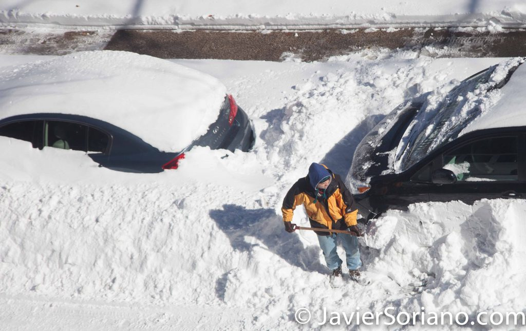 1/24/2016 NYC - We got snow yesterday, 1/23/2016 and it's time to clean cars. Photo by Javier Soriano/www.JavierSoriano.com