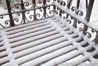 1/7/2017 - It's snowing in NYC. The fire stairs are covered with snow. (Está nevando en Nueva York. Las escaleras de incendios están cubiertas de nieve.) Photo by Javier Soriano/www.JavierSoriano.com