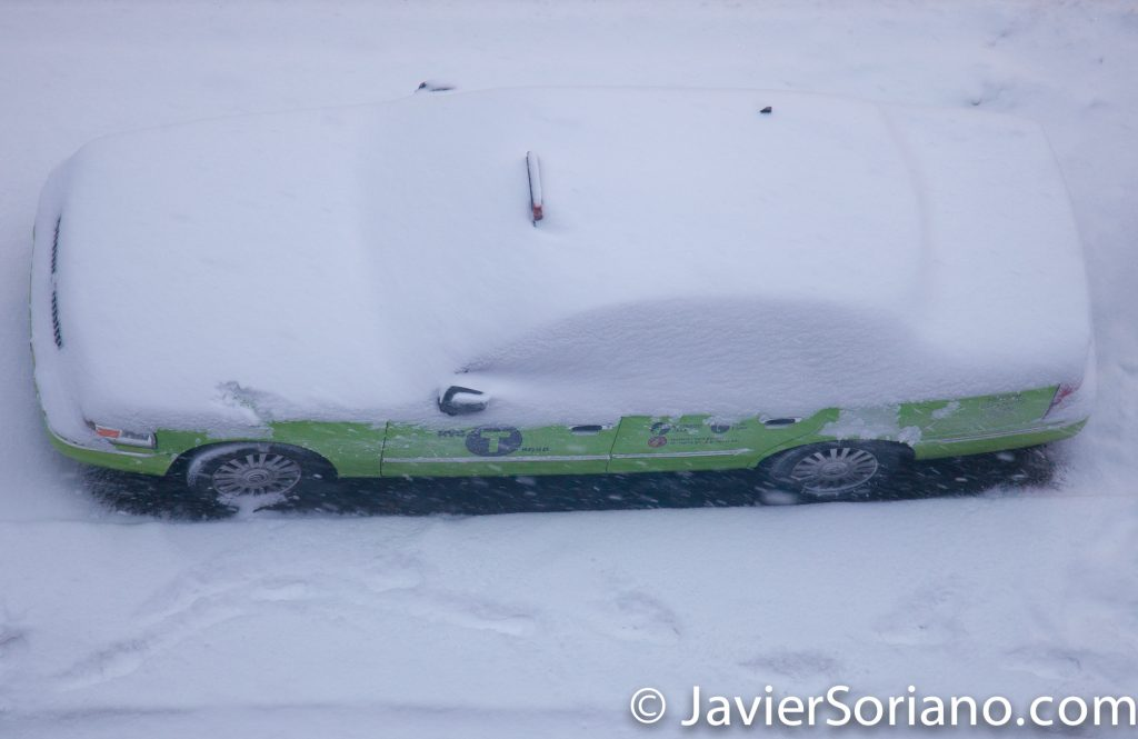 1/7/2017 - Snowing in NYC. A NYC taxi covered with snow. Photo by Javier Soriano/www.JavierSoriano.com