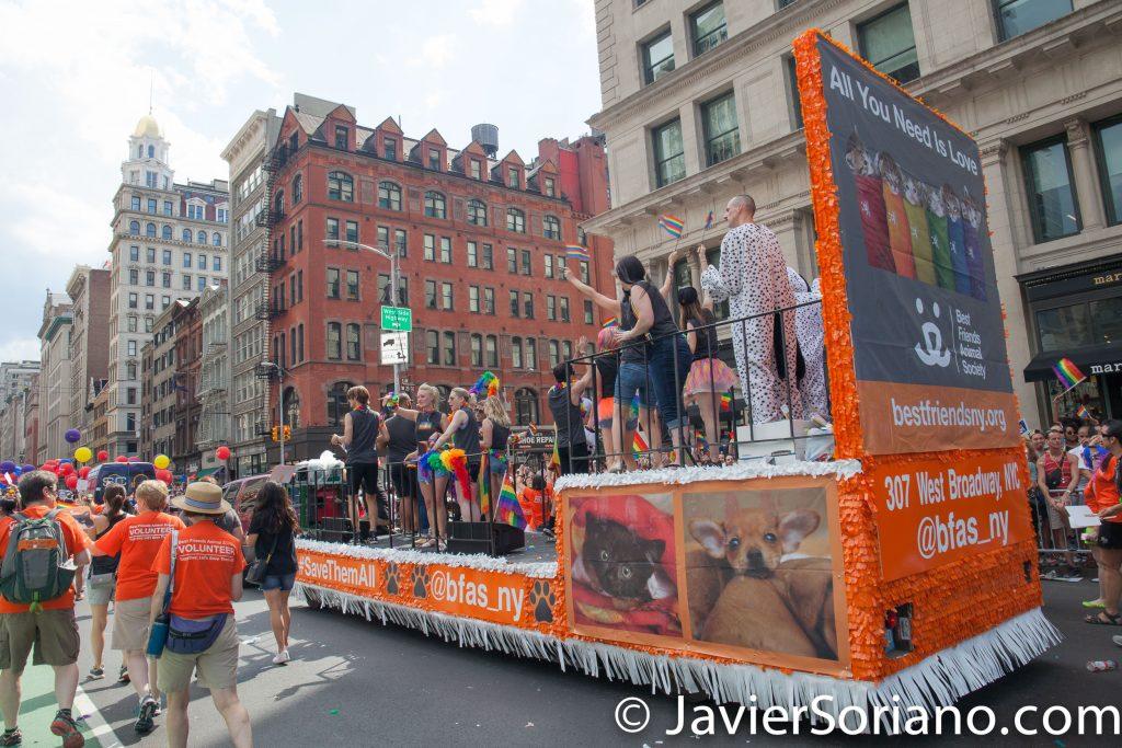 """25/6/2017 Manhattan, Nueva York - Marcha del Orgullo LGBTQ 2017. """"Best friends animal society."""" (Los mejores amigos de la sociedad animal.)  Foto por Javier Soriano/www.JavierSoriano.com"""