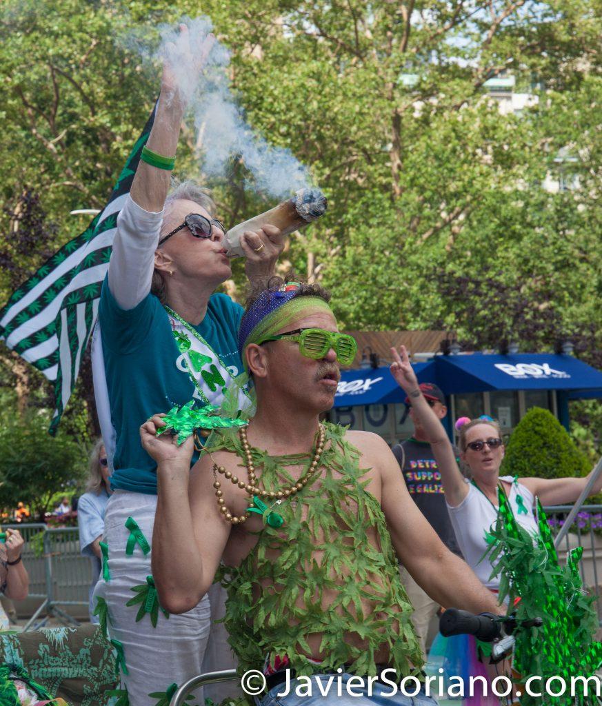25/6/2017 Manhattan, Nueva York - Marcha del Orgullo LGBTQ 2017. Los activistas quieren que el gobierno retire la marihuana de la Ley de Substancias Controladas. (Ella no está fumando marihuana.) Foto por Javier Soriano/www.JavierSoriano.com