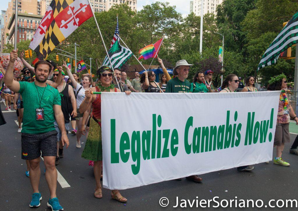 "25/6/2017 Manhattan, Nueva York - Marcha del Orgullo LGBTQ 2017. ""Legalize cannabis now! (¡Legalicen la marihuana ahora!) Foto por Javier Soriano/www.JavierSoriano.com"