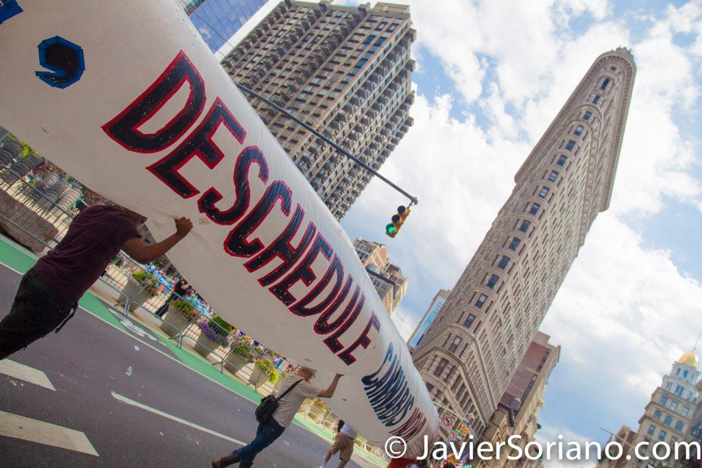 25/6/2017 Manhattan, Nueva York - Marcha del Orgullo LGBTQ 2017. Los activistas quieren que el gobierno retire la marihuana de la Ley de Substancias Controladas. Al fondo se ve el edificio Flatiron. Foto por Javier Soriano/www.JavierSoriano.com