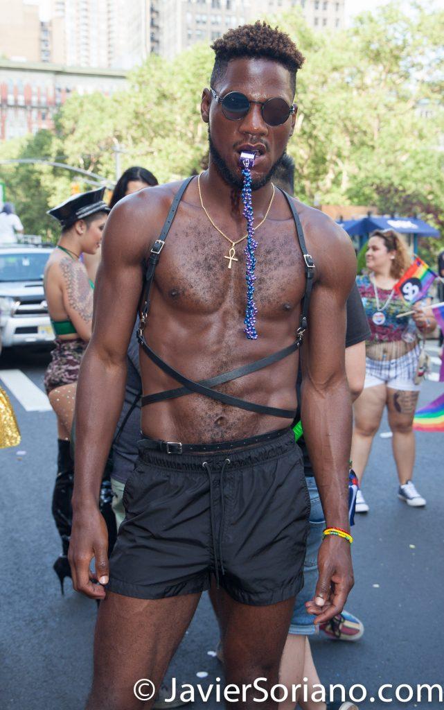 25/6/2017 Manhattan, Nueva York - Marcha del Orgullo LGBTQ 2017. Hermoso hombre de la raza negra. Foto por Javier Soriano/www.JavierSoriano.com