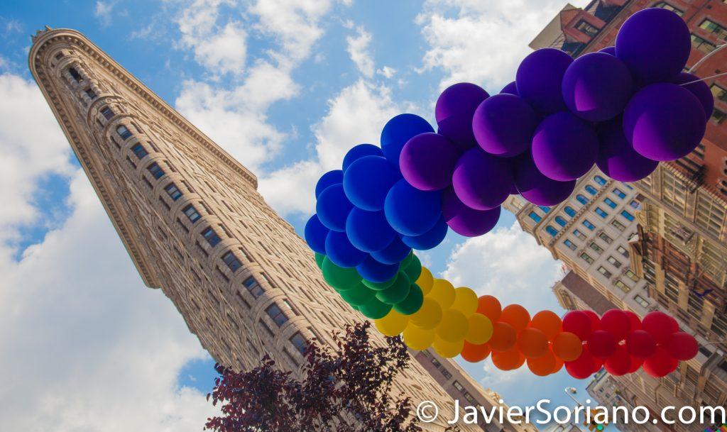 25/6/2017 Manhattan, Nueva York - Marcha del Orgullo LGBTQ 2017. El edificio Flatiron y un arcoiris de globos. Foto por Javier Soriano/www.JavierSoriano.com
