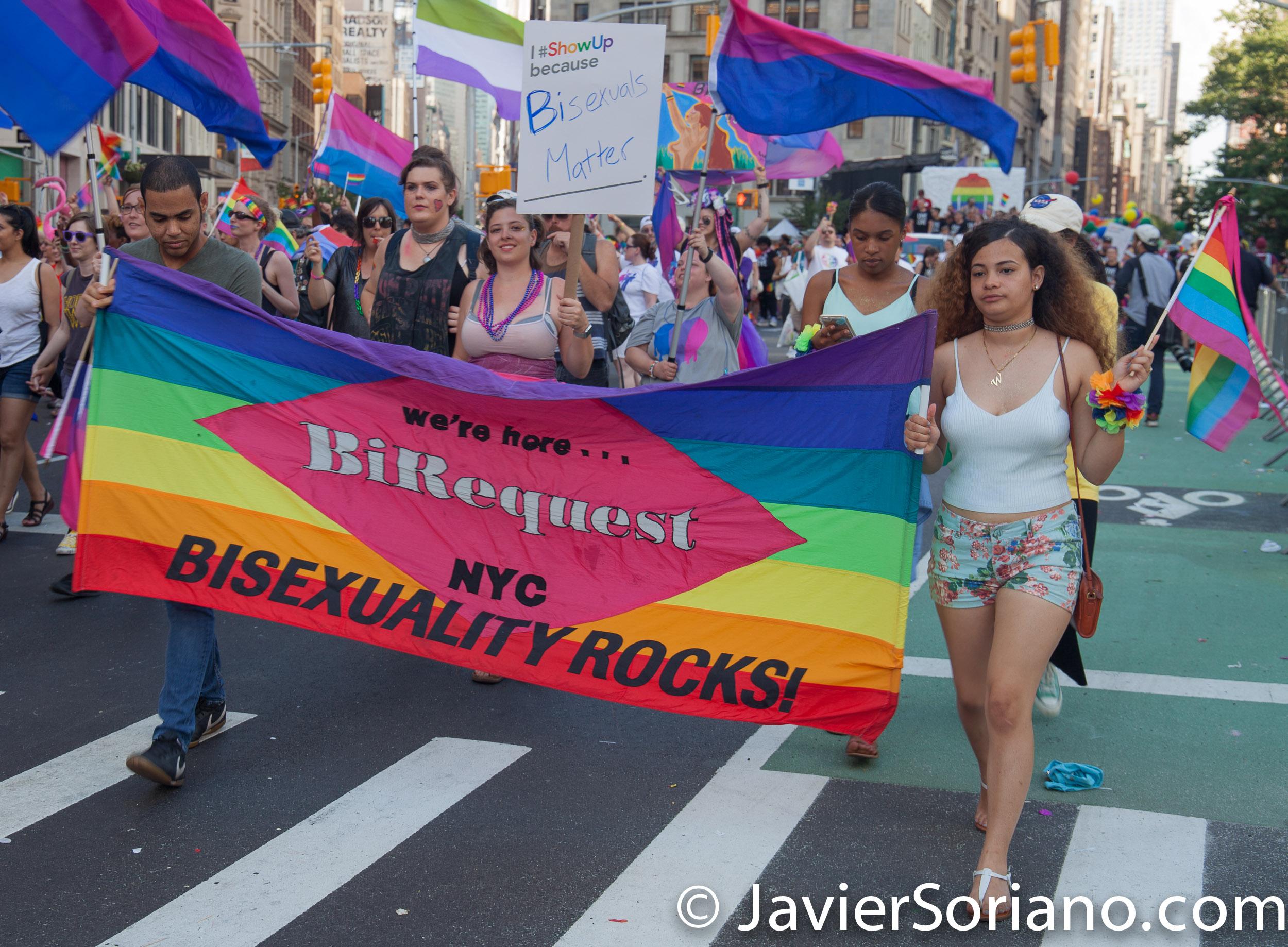"""25/6/2017 Manhattan, Nueva York - Marcha del Orgullo LGBTQ 2017. """"We are here... BiRequest."""" """"Bisexuality Rocks!"""" (""""Estamos aquí ... BiRequest."""" """"¡La bisexualidad es fenomenal!"""" Foto por Javier Soriano/www.JavierSoriano.com"""