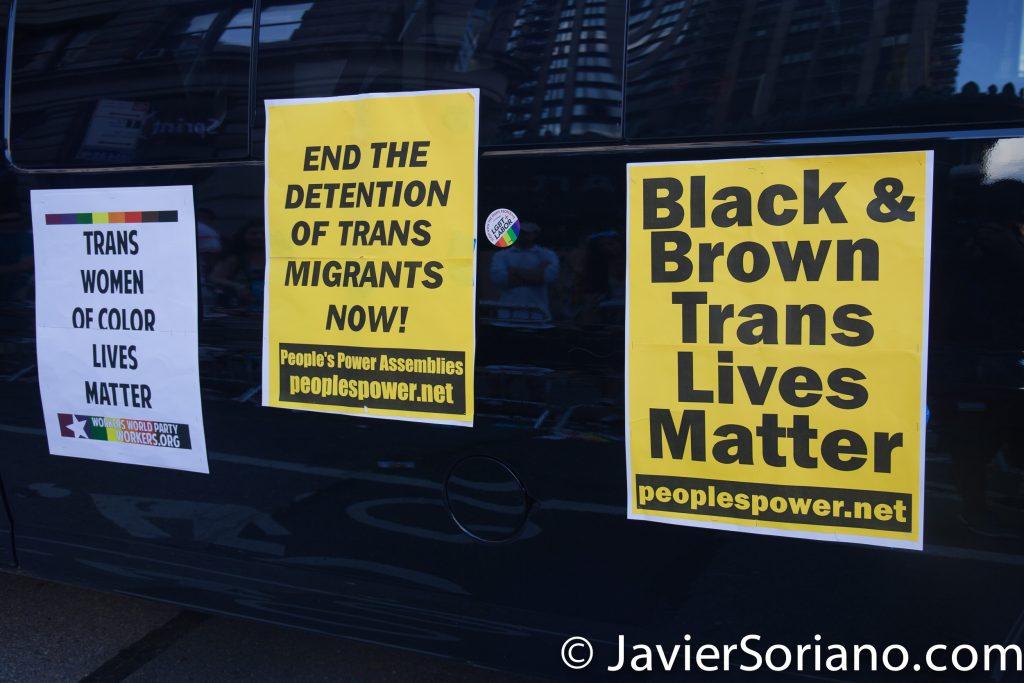"""25/6/2017 Manhattan, Nueva York - Marcha del Orgullo LGBTQ 2017. """"Trans Women of Color Lives Matter."""" """"End the Detention of Trans Migrants Now!"""" """"Black and Brown Trans Lives Matter."""" (""""La vida de las mujeres Transgénero de color son importantes."""" """"¡Paren la detención de Migrantes Transgénero ahora!"""" """"Las vidas de las mujeres transgénero de color son importantes."""") Foto por Javier Soriano/www.JavierSoriano.com"""