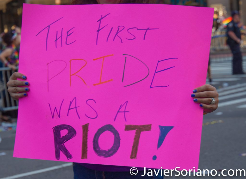 """25/6/2017 Manhattan, Nueva York - Marcha del Orgullo LGBTQ 2017. """"The First PRIDE was a Riot."""" (""""La primera marcha del orgullo fue un motín"""".) Foto por Javier Soriano/www.JavierSoriano.com"""
