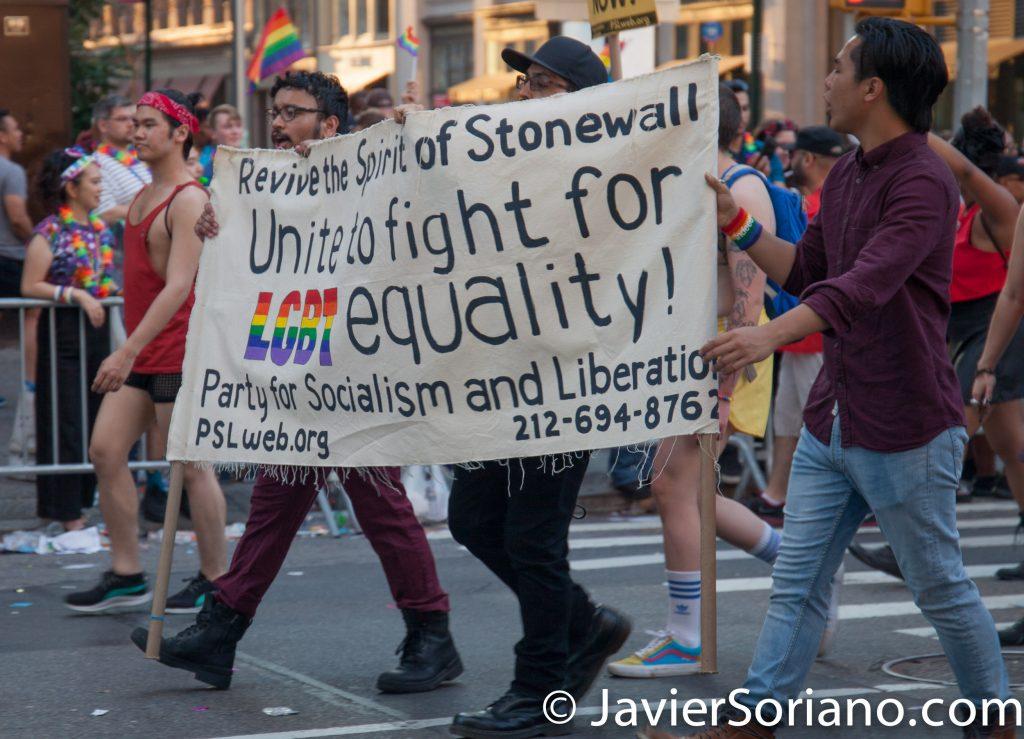 """25/6/2017 Manhattan, Nueva York - Marcha del Orgullo LGBTQ 2017. """"Revive the spirit of Stonewall. Unite to fight for LGBT equality!""""_Party for socialism and liberation (""""Revivamos el espíritu de Stonewall. ¡Unámonos para luchar por la igualdad LGBT!"""" Partido por el socialismo y la liberación Foto por Javier Soriano/www.JavierSoriano.com"""