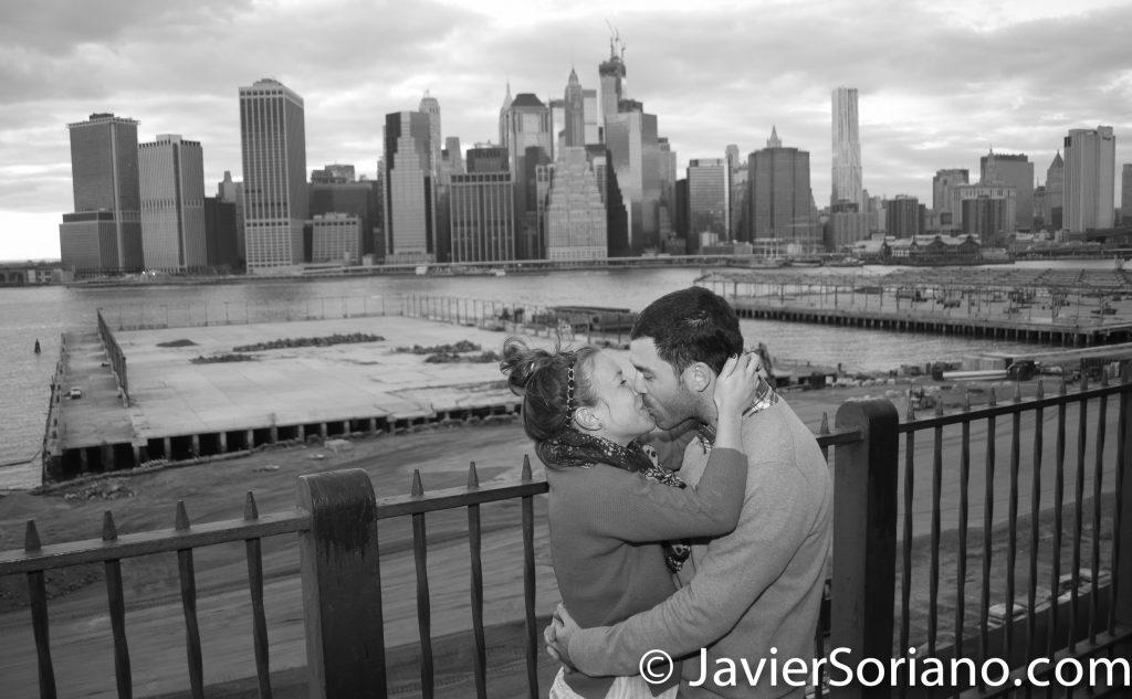 """Pareja visitando la Ciudad de Nueva York. Esta foto fue tomada en el Brooklyn Heights Promenade, Brooklyn - Fotógrafo/videografo personal en la Ciudad de Nueva York. Con un recorrido privado por """"La Ciudad que Nunca Duerme"""" con un fotógrafo/videografo profesional, harás una completa visita por los lugares más interesantes de """"La Capital Del Mundo"""" y te ahorraras tiempo y dinero. Conozco la Ciudad de Nueva York, me encanta la fotografía/videgrafía, me encanta la gente, me encanta viajar y me encantan los turistas. ¡Amo lo que hago! Enviame un mensaje. Foto por Javier Soriano/www.JavierSoriano.com"""
