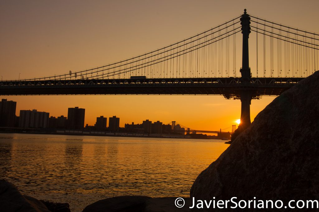 Sunrise at the Brooklyn Bridge Park in NYC.  You can see the East River, the Williamsburg Bridge and the Manhattan Bridge.  Salida del sol en el Parque del Puente de Brooklyn en la Ciudad de Nueva York.  Pueden ver el East River, el Puente de Williamsburg y el Puente de Manhattan.  Photo by Javier Soriano/www.JavierSoriano.com