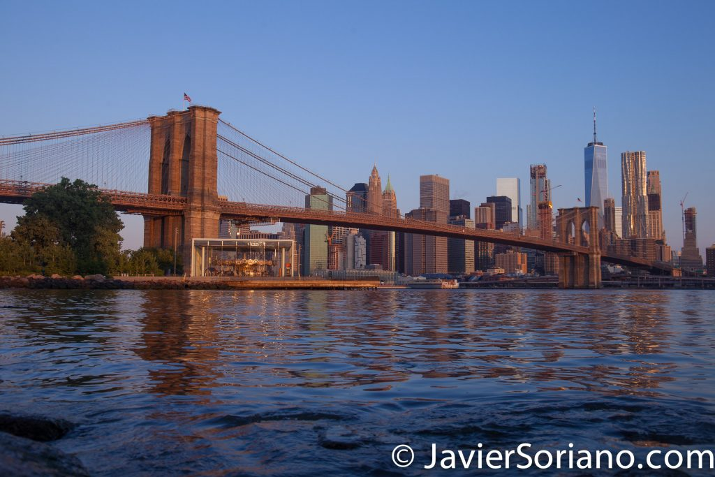 Morning at the Brooklyn Bridge Park. New York City. The Brooklyn Bridge and skyscrapers in the Lower Manhattan. Mañana en el Parque del Puente de Brooklyn. Ciudad de Nueva York. El Puente de Brooklyn y rascacielos en el bajo Manhattan. Photo by Javier Soriano/www.JavierSoriano.com
