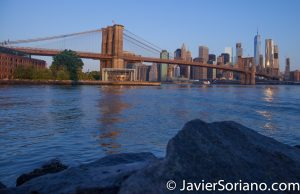 Morning at the Brooklyn Bridge Park. New York City. The Brooklyn Bridge and skyscrapers in the Lower Manhattan. Mañana en el Parque del Puente de Brooklyn. Ciudad de Nueva York. El Puente de Brooklyn y rascacielos en el bajo Manhattan. Photo by Javier Soriano/www.JavierSoriano.com