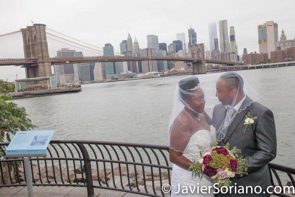 Brooklyn Bridge Park, NYC – The Brooklyn Bridge and skyscrapers in the Lower Manhattan.  Do you need wedding photos or video? Send me a message.  El Puente de Brooklyn y rascacielos en el bajo Manhattan.  ¿Necesitas fotos o video de bodas? Envíame un mensaje.  Photo by Javier Soriano/www.JavierSoriano.com