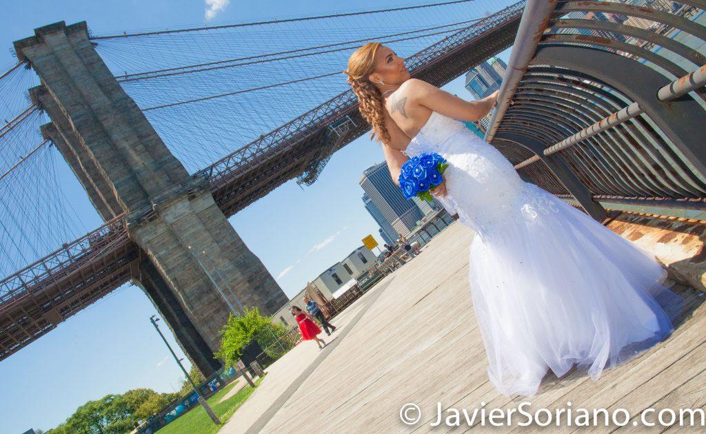 Brooklyn Bridge Park, NYC – A gorgeous bride and the Brooklyn Bridge.  Do you need wedding photos or video? Send me a message.  Parque del Puente de Brooklyn, NYC - Una hermosa novia y el Puente de Brooklyn.  ¿Necesitas fotos o video de bodas? Envíame un mensaje.  Photo by Javier Soriano/www.JavierSoriano.com