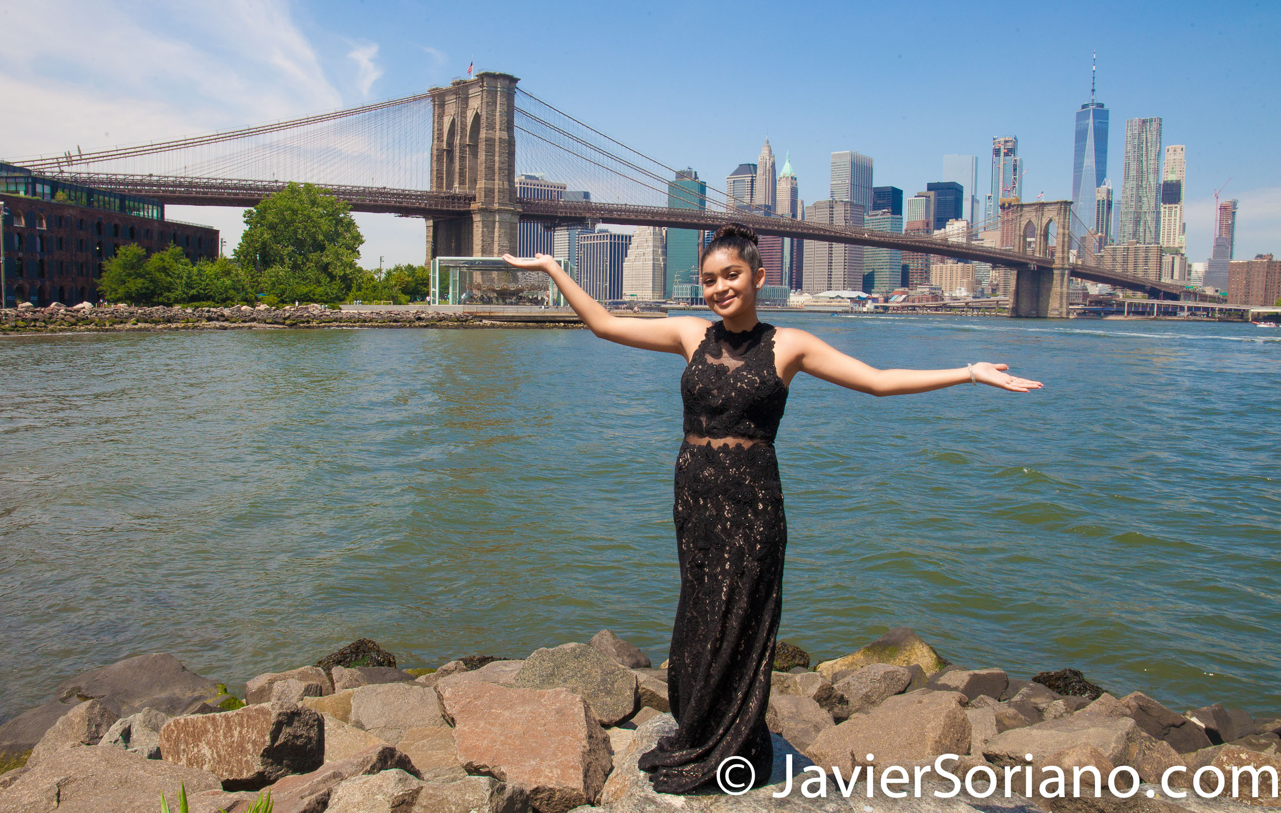 Brooklyn Bridge Park, NYC – The Brooklyn Bridge and skyscraper in the Lower Manhattan. Do you need Sweet Sixteen photos? Send me a message. El Puente de Brooklyn y rascacielos en el bajo Manhattan. ¿Necesitas fotos de Quinceañera? Envíeme un mensaje. Photo by Javier Soriano/www.JavierSoriano.com