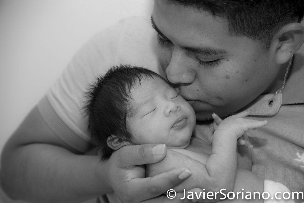Father kissing his new born baby boy.  Do you need baby photography? Send me a message.  Padre besando a su bebé recién nacido.  ¿Necesita fotografía de tu bebé? Envíeme un mensaje.   Photo by Javier Soriano/www.JavierSoriano.com