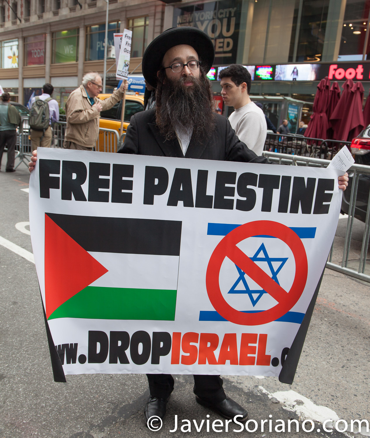 5/18/2018. New York City - A Jew in Times Square supporting Palestine. Photo by Javier Soriano/www.JavierSoriano.com
