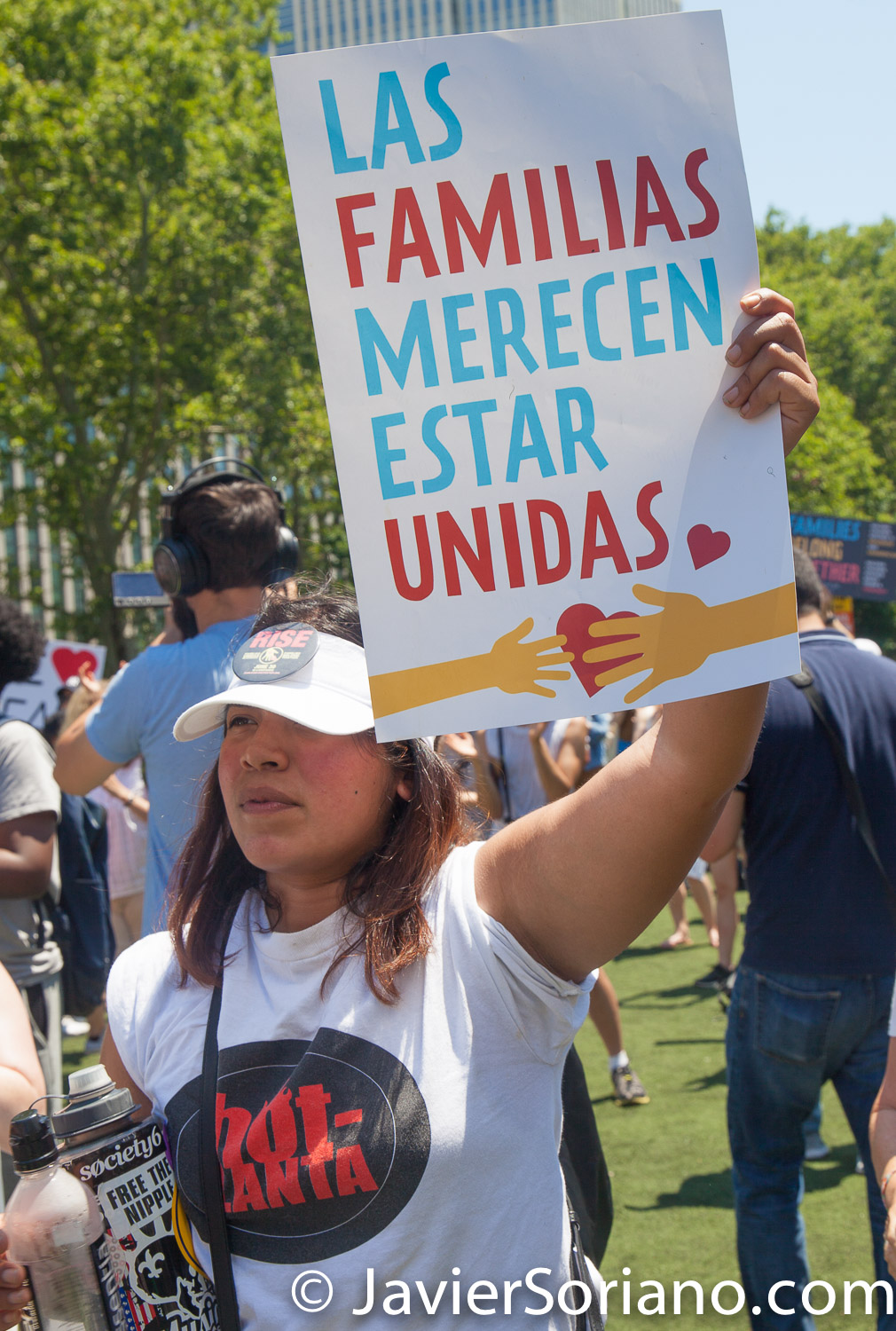"6/30/2018. March: ""Families Belong Together."" People at Cadman Plaza. People's protectors marched from Foley Square in Manhattan to Cadman Plaza in Brooklyn. The sign says: ""Las familias merecen estar unidas."" Photo by Javier Soriano/www.JavierSoriano.com"