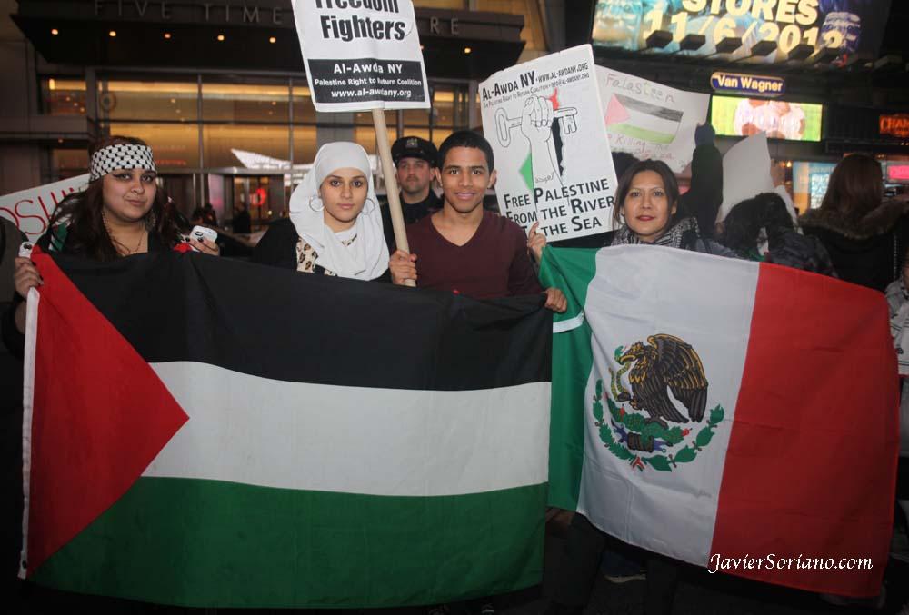 Domingo, 18 de Noviembre, 2012 Nueva York – Manifestación en Times Square en apoyo a Palestina. La bandera Palestina y la bandera Mexicana.  Foto por Javier Soriano/www.JavierSoriano.com