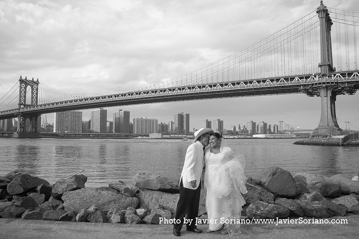 Brooklyn Bridge Park. Brooklyn, NYC. 50 Wedding anniversary of a Latino couple in NYC. The Manhattan Bridge on the background. Parque del Puente de Brooklyn. Brooklyn, Nueva York. 50 Aniversario de bodas de una pareja Latina en la Ciudad de Nueva York. El Puente de Manhattan en el fondo. Photo by Javier Soriano/http://www.JavierSoriano.com/