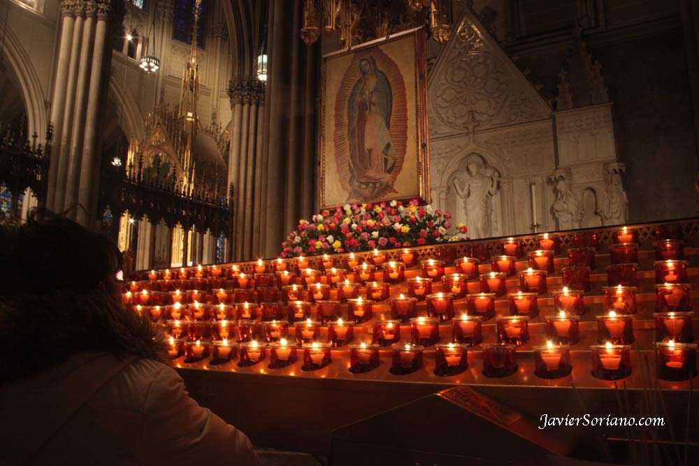 12 de diciembre de 2012. Manhattan, Ciudad de Nueva York - Una mujer reza a la Virgen de Guadalupe en la Catedral de San Patricio.  Foto por javier Soriano/JavierSoriano.com