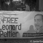 """Octubre 2013 - Indígenas en Nueva York recuerdan a los pueblos nativos del continente. """"Free Leonard Peltier (Libertad para Leonard Peltier). Foto por Javier Soriano/www.JavierSoriano.com"""