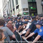 9/22/2014. NYC - NYPD officers after protesters were pepper spray on Broadway and Wall St. (Oficiales de la policía de Nueva York después que los manifestantes fueron rociados con gas pimienta en Broadway y Wall St.).