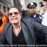 9/22/2014. NYC - A female NYPD officer after protesters were pepper spray on Broadway and Wall St. (Una mujer de la policía de Nueva York después de que manifestantes fueron rociados con gas pimienta en Broadway y Wall St.).