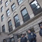 20/11/2014 – Policías protegiendo al Consulado General de México en Nueva York. Foto por Javier Soriano/http://www.JavierSoriano.com/