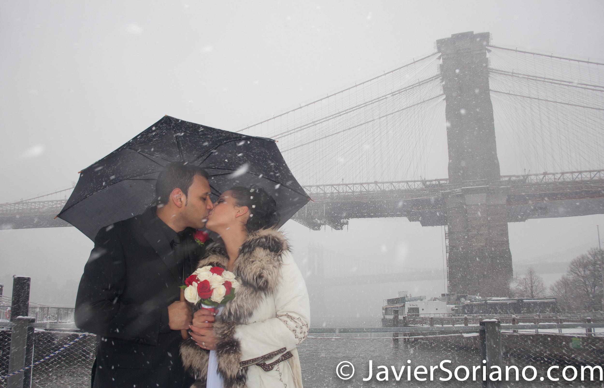 Parque del Puente de Brooklyn, Nueva York - Era Invierno. Estaba nevando. Nos divertimos mucho creando las fotos/video de la boda de esta pareja. Soy un narrador de bodas. Creo fotografías/videos que tu, tus hijas/hijos, nietos/nietas amarán por muchos años. Me encanta la fotografía/videografía. Me encantan las bodas. Me encantan las parejas. ¡Amo a la gente! Será un honor crear las fotos/video de tu boda. Foto por Javier Soriano/www.JavierSoriano.com