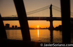 Sunrise at the Brooklyn Bridge Park in NYC. You can see the East River, the Williamsburg Bridge and the Manhattan Bridge. Salida del sol en el Parque del Puente de Brooklyn en la Ciudad de Nueva York. Pueden ver el East River, el Puente de Williamsburg y el Puente de Manhattan. Photo by Javier Soriano/www.JavierSoriano.com