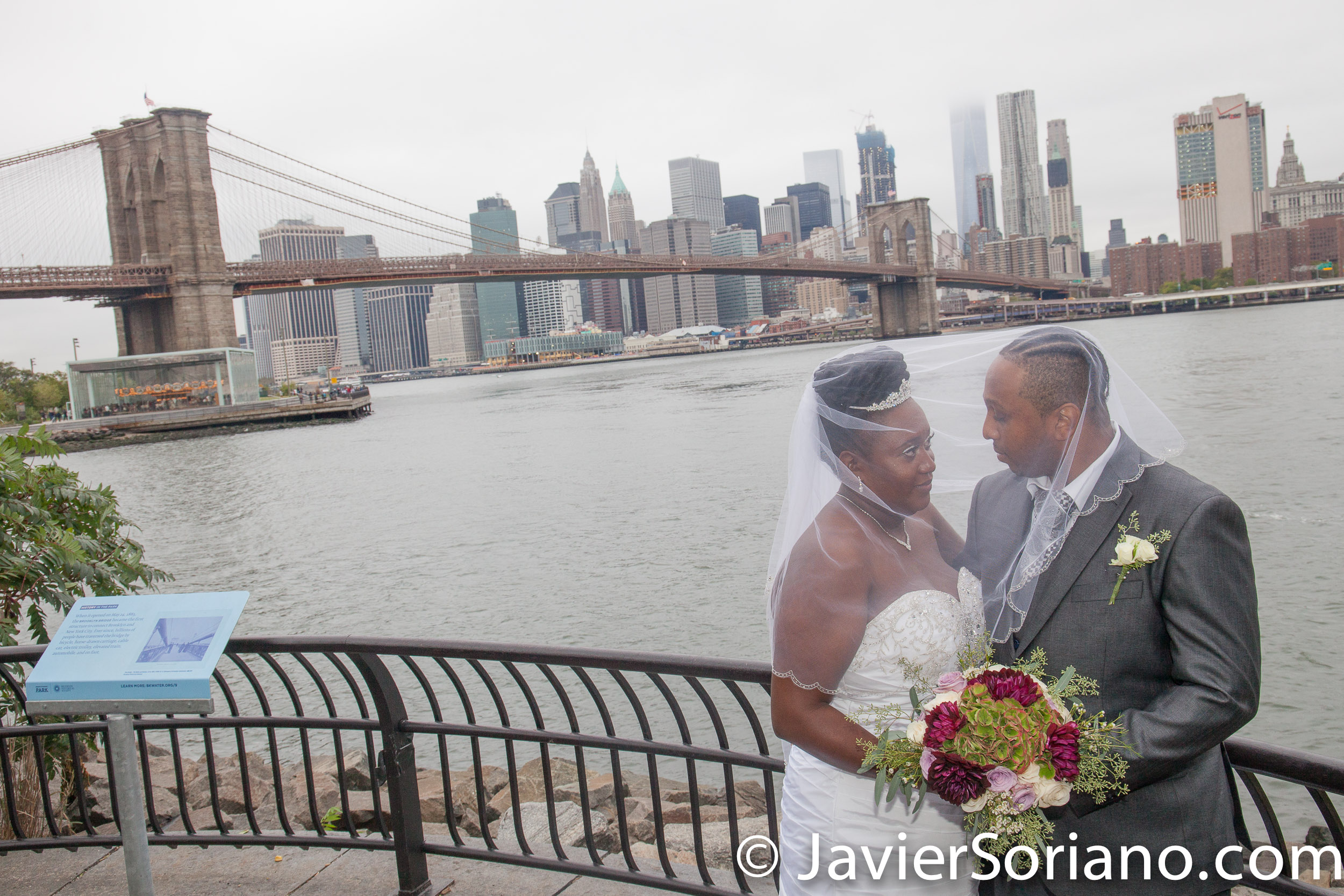 Brooklyn Bridge Park, NYC – The Brooklyn Bridge and skyscrapers in the Lower Manhattan. Do you need wedding photos or video? Send me a message. El Puente de Brooklyn y rascacielos en el bajo Manhattan. ¿Necesitas fotos o video de bodas? Envíame un mensaje. Photo by Javier Soriano/www.JavierSoriano.com