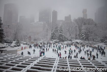 12/09/2017. NYC -Snowfall in Central Park. Nevada en el Parque Central de la Ciudad de Nueva York. People skating in the park. Gente patinando en el parque. Photo by Javier Soriano/www.JavierSoriano.com