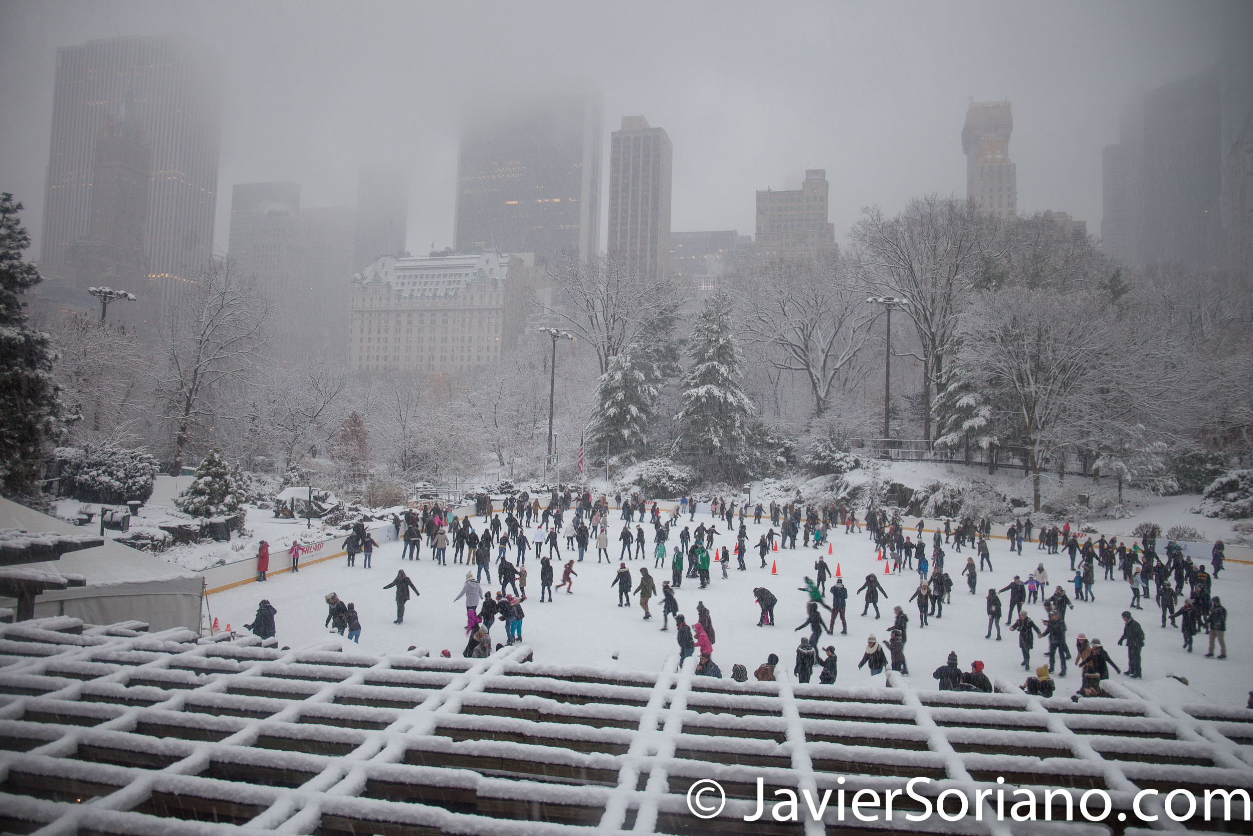 12/09/2017. NYC -Snowfall in Central Park. Nevada en el Parque Central de la Ciudad de Nueva York. People skating in the park. Gente patinando en el parque. Photo by Javier Soriano/www.JavierSoriano.com