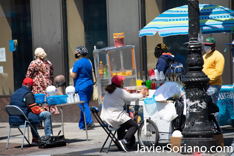 Thursday, May 21, 2020. Brooklyn, New York City - Ecuadorian woman selling scrapings. Jueves 21 de mayo de 2020. Brooklyn, ciudad de Nueva York - Señora ecuatoriana vendiendo raspados. Photo by Javier Soriano/www.JavierSoriano.com