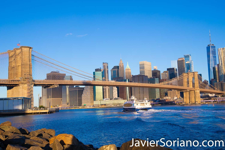 """Foto tomada en el Parque del Puente de Brooklyn. En la foto se ven el Puente de Brooklyn, el Bajo Manhattan y el """"East River"""". El Río Este (East River, en inglés) es un estrecho de agua salada en la ciudad de Nueva York. La vía fluvial, en realidad no es un río a pesar de su nombre. Separa a Long Island (incluidos los condados de Queens y Brooklyn) de la isla de Manhattan. Foto por Javier Soriano/www.JavierSoriano.com"""