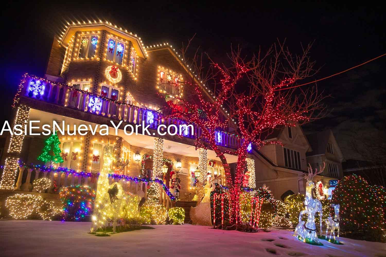 Martes 22 de diciembre de 2020. Brooklyn, ciudad de Nueva York - Casa decorada con luces de Navidad en Dyker Heights. Foto por Javier Soriano/www.JavierSoriano.com