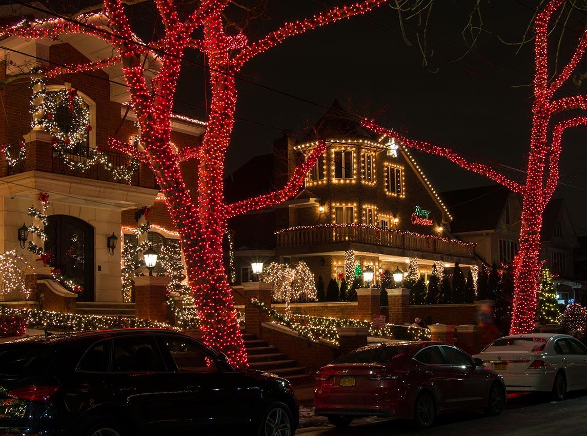 Casas decoradas con luces de Navidad en Dyker Heights, Brooklyn en diciembre de 2017. Foto por Rhododendrites/Wikipedia.org.