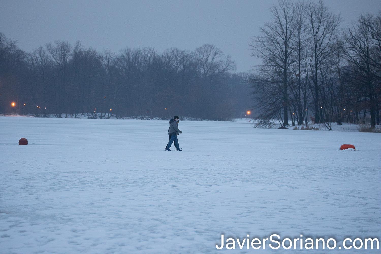 Lunes 15 de febrero de 2021. Brooklyn, Ciudad de Nueva York – Pareja caminando en un lago congelado en Prospect Park. Foto por Javier Soriano/www.JavierSoriano.com ******************************************** Monday, February 15, 2021. Brooklyn, New York City – Couple walking on a frozen lake in Prospect Park. Photo by Javier Soriano/www.JavierSoriano.com