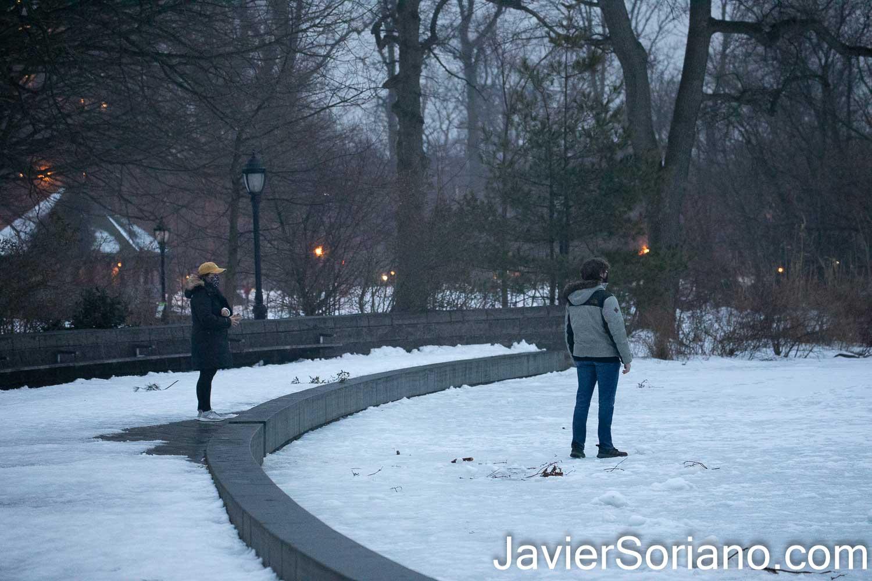 Lunes 15 de febrero de 2021. Brooklyn, Ciudad de Nueva York – Un hombre caminando en un lago congelado en Prospect Park. Foto por Javier Soriano/www.JavierSoriano.com ******************************************** Monday, February 15, 2021. Brooklyn, New York City – A man walking on a frozen lake in Prospect Park. Photo by Javier Soriano/www.JavierSoriano.com