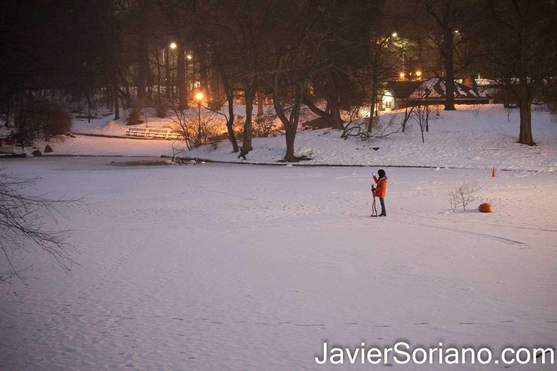 Lunes 15 de febrero de 2021. Brooklyn, Ciudad de Nueva York – Persona caminando en un lago congelado en Prospect Park. Foto por Javier Soriano/www.JavierSoriano.com ******************************************** Monday, February 15, 2021. Brooklyn, New York City – A person walking on a frozen lake in Prospect Park. Photo by Javier Soriano/www.JavierSoriano.com