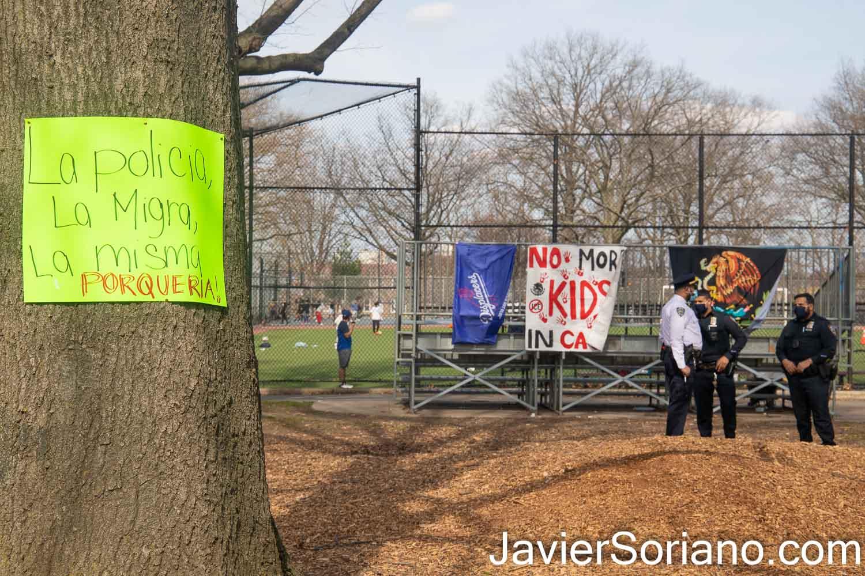 """Sábado 27 de marzo de 2021. Ciudad de Nueva York – El grupo Mexicanos Unidos en Sunset Park, Brooklyn, tuvo un mercado al que llamaron """"Plaza Tonatiuh.""""   El mensaje en el papel en el árbol dice: """"La policía, la migra, la misma porquería.""""  Foto por Javier Soriano/www.JavierSoriano.com"""