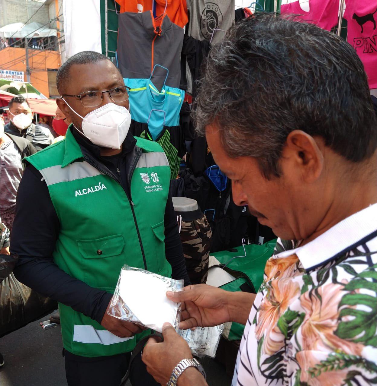 Sábado 9 de enero de 2021 - Juan Silva Noyola visitando el tianguis de Eje 10, en la colonia Pedregal de Santo Domingo, como parte de sus Jornadas de Concientización para mitigar los contagios de COVID-19.  Entregaron cubrebocas e invitaron a comerciantes y vecinos a seguir las medidas sanitarias.  Foto por Juan Silva Noyola / Twitter.