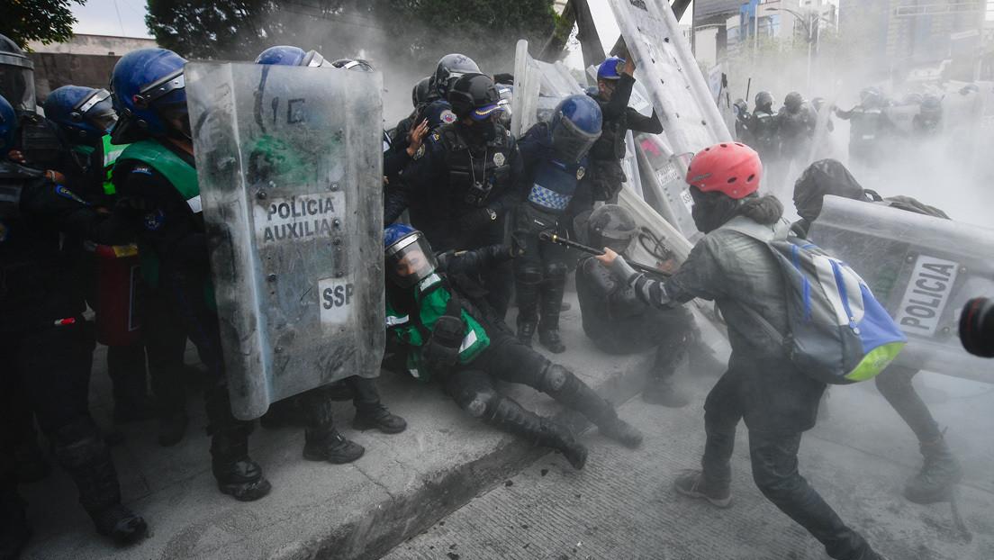 Lunes 8 de marzo de 2021. Ciudad de México - Mujeres violentas atacan a mujeres policías en el Día Internacional de la Mujer. Foto por Pedro Pardo / AFP